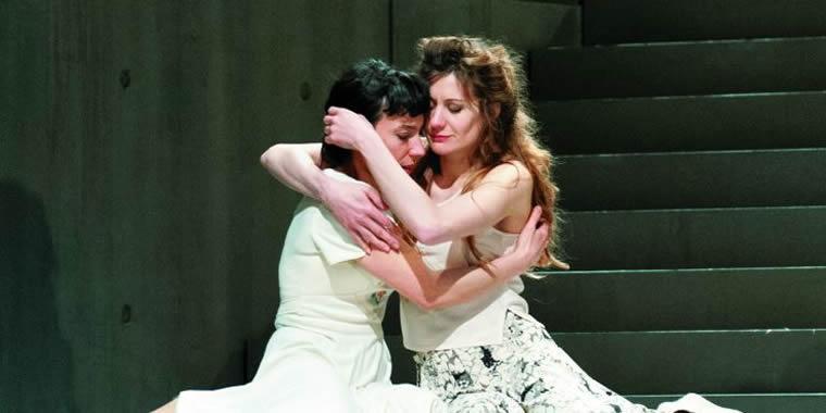 Deux femmes au sol, dans les bras l'une de l'autre